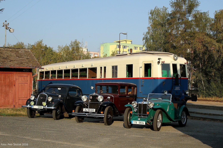 Modrý šíp M 274.004 s historickými automobilmi v stanici Sázava - Černé Budy