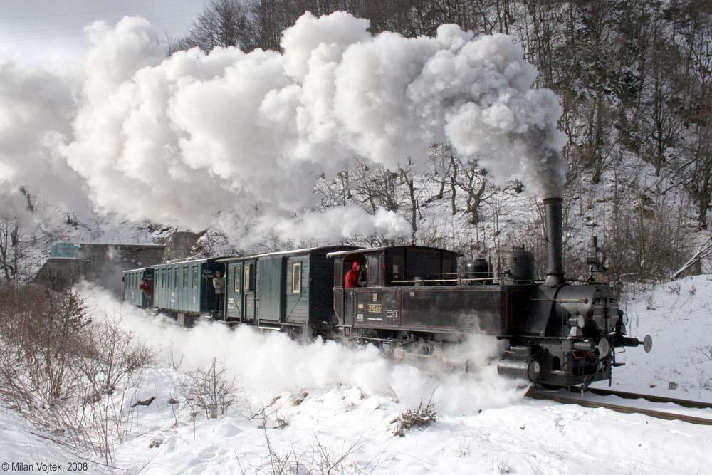 Rozlúčka s rušňom 310.433 - výjazd zvláštneho vlaku z tunela za Kraľovanmi