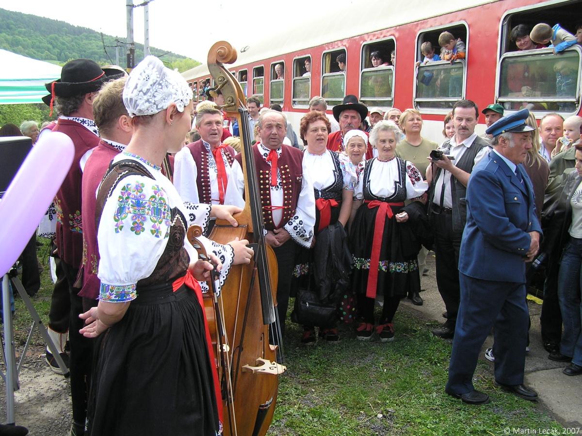 Folklórne vystúpenie počas zastávky zvláštneho vlaku