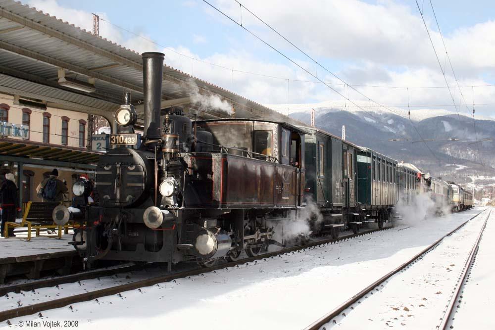 Rozlúčka s rušňom 310:433 - súprava zvláštneho vlaku pred odjazdom v stanici Vrútky