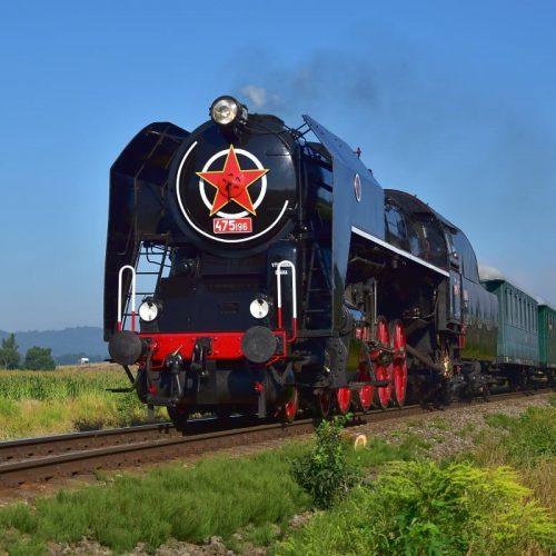 Osobitný vlak 31263 so 475.196 prechádza výhybňou Slatinka
