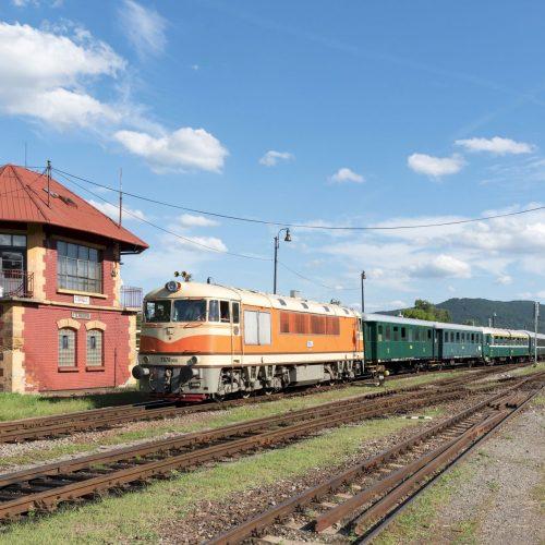 Osobitný vlak 31265 s T 678.012 vchádza do Fiľakova
