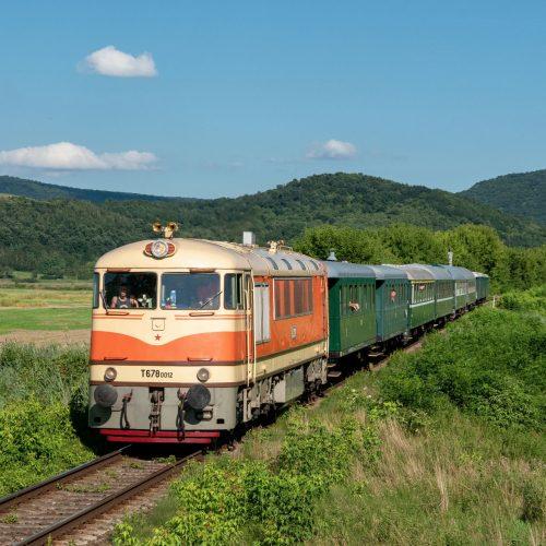 Osobitný vlak 31266 s T 678.012 na spiatočnej ceste do Zvolena prechádza zast. Prša