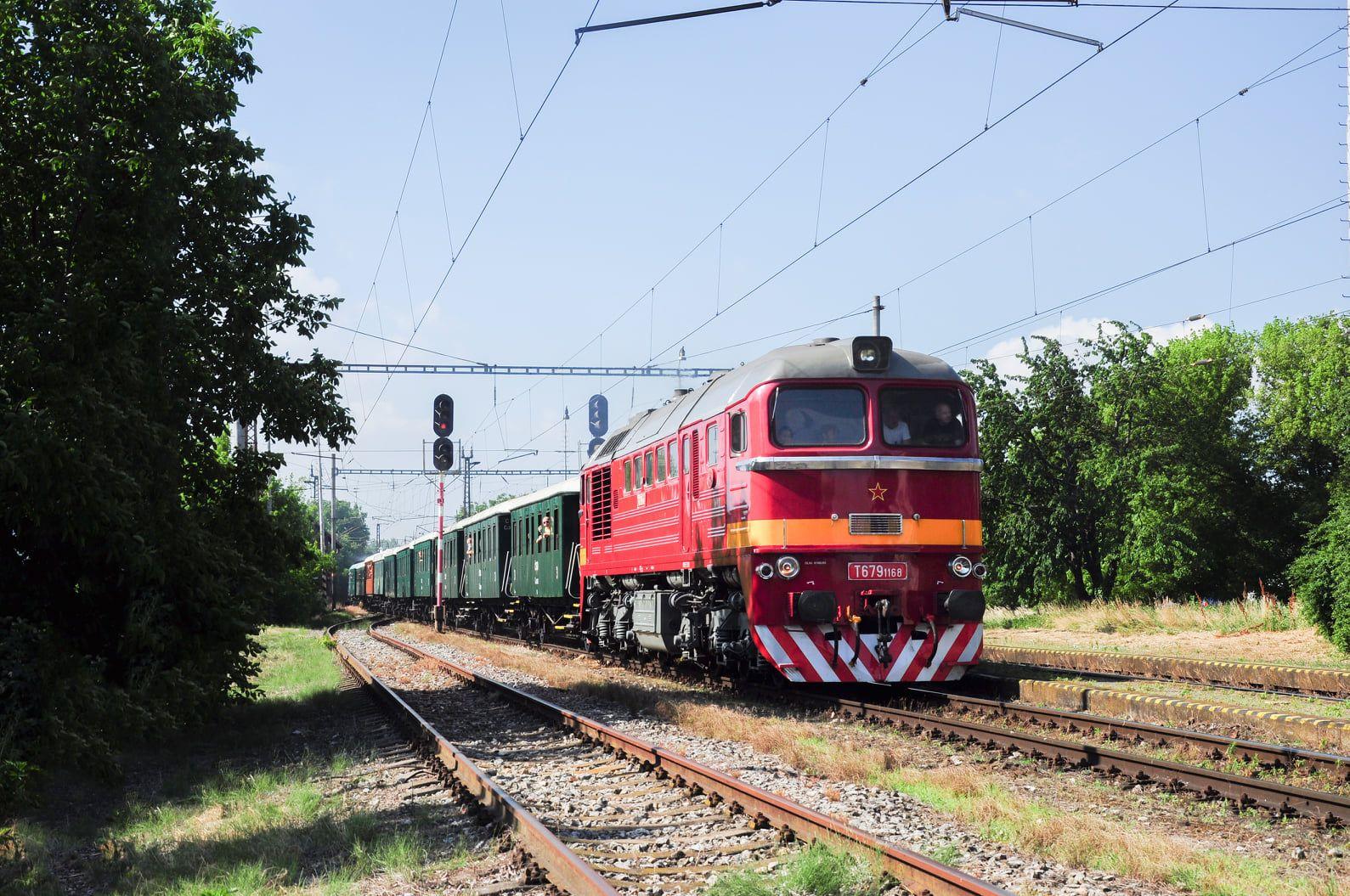 Zvláštny spomienkový vlak vedený rušňom T 679.1168 v úseku Galanta - Trnava.
