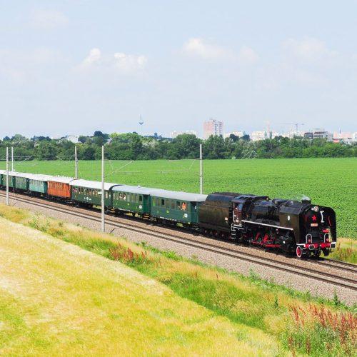 Zvláštny spomienkový vlak vedený rušňom 556.036.