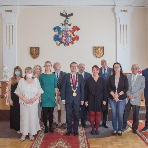 Spoločná fotografia ocenených osobností a kolektívov s primátorom mesta
