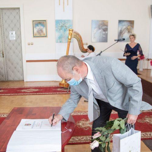Po prevzatí Pamätného listu sa Dušan Vaňko podpisuje do kroniky mesta Vrútky